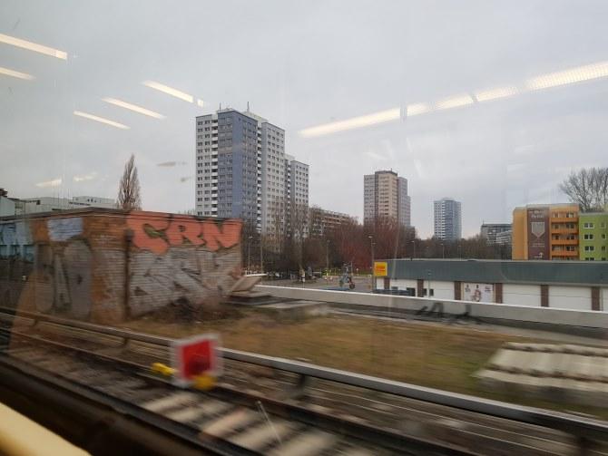 Pogled iz nadzemne željeznice na sive kvartove istočnog Berlina